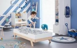 Divano Letto Per Bambino : Piccolo gioco asiatico del bambino a nascondino sul divano letto